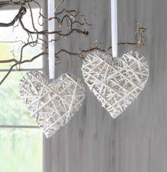 Witte harten met kronkeltakken. www.decoratietakken.nl