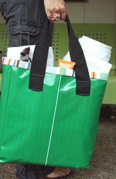 DIY: beach bag Diy Tote Bag, Diy Purse, Beach Tote Bags, Diy Sac, Vinyl Banners, Purses And Handbags, Bag Making, Sewing Projects, Beach Totes