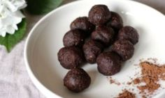 These delicious chocolate brownie morsels are nutrient dense and free of the naughty stuff, making them a fine addition to your bliss ball repertoire. Keep a batch on hand in the fridge to stave off chocolate cravings. Healthy Snacks List, Healthy Afternoon Snacks, Yummy Snacks, Healthy Protein, Healthy Food, Healthy Eating, Sugar Free Treats, Sugar Free Recipes, Baby Food Recipes