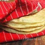 Con esta receta por fin aprenderás como hacer tortillas de harina, aparte de las fotos detallando el paso a paso, puedes ver el video en Youtube. Por favor, asegúrate de leer todas las instrucciones antes de que empieces a preparar las tortillas para que te familiarices con el proceso...