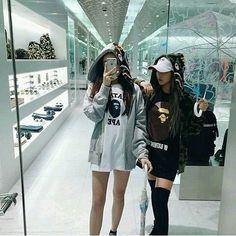 """4 curtidas, 1 comentários - ❥Today ulzzang girl — (@nonaulzzang) no Instagram: """"Shop with this bitch. #ulzzang #uzzlang #korean #koreangirl #girl #korea #city #bts #kpop #exo…"""""""