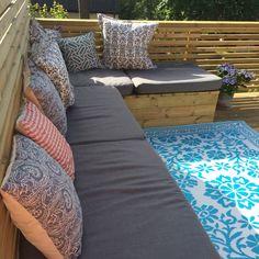 Platsbyggd soffa med hemsydda dynor gjorda av vanliga skummadrsser.