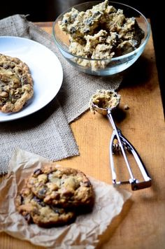 """"""" squaremeal: """" (via Food / hazelnut toffee chocolate chip cookies) """" Hazelnut? How tasty would these be! Just Desserts, Delicious Desserts, Yummy Food, Dessert Healthy, Chocolate Toffee, Chocolate Chip Cookies, Toffee Cookies, Chocolate Hazelnut, Cake Chocolate"""