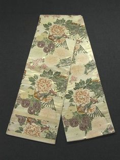 This is a graceful vintage Maru obi with casket and flower such as 'botan' (peony), 'kiku'(chrysanthemum) and 'ume'(Japanese plum) pattern, which is woven.