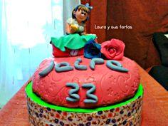 Tarta para Jaira, que cumplía 33 años. Bizcocho MSC de chocolate con ganache de chocolate negro. Figurita y rosas en pasta de goma. Fueron mis primeras rosas. Abril 2012.