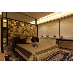 """""""Спальная комната в золотом и коричневом цвете с панно за кроватью из кожаной плитки """"Lapelle"""", кровать на заказ в столярной мастерской, столики у…"""""""