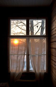 Beautiful sunrise through old country windows. What makes life worth getting up… Looking Out The Window, Window View, Side Window, Through The Window, Jolie Photo, Interior Exterior, Windows And Doors, Windows Pic, Green Windows
