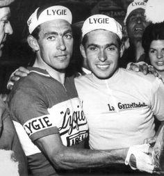 Giro d'Italia 1964. 3^Tappa, 18 maggio. Brescia > San Pellegrino Terme. Terza tappa, terza maglia rosa. A San Pellegrino tocca ad Enzo Moser (1940-2008), qui festeggiato dal fratello Aldo Moser (1934)