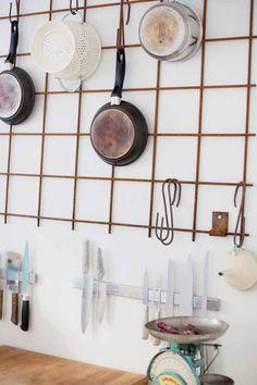 essentials, geef je keukenkast een detox | ELLE Eten Creative Home, Kitchen Storage, Hardware, Indoor, Interior Design, Simple, Projects, House, Home Decor
