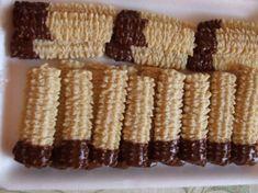 Csokis végű darálós keksz - sütnijó! – Kipróbált sütemény receptek King Torta, Hungarian Desserts, Jacque Pepin, Biscotti Recipe, Cookie Dough, Waffles, Food And Drink, Bread, Cookies