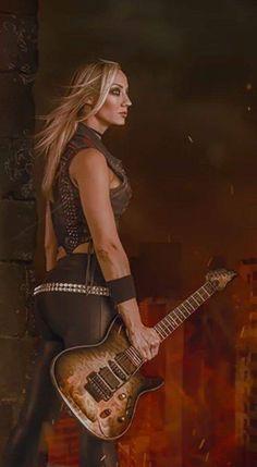 Female Guitarist, Female Singers, Nita Strauss, Heavy Metal Girl, Ladies Of Metal, Glam Rock, Tv Show Music, Women Of Rock, Rocker Girl