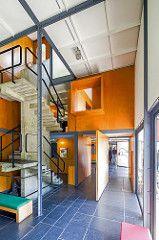 Pavillon Heidi Weber (1963-67) Zurich Le Corbusier. Escalier en béton, seul élément en béton apparent de l'édifice avec la rampe extérieure reliant les étages