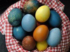 EAT SMARTER zeigt Ihnen heute, wie Sie Ostereier natürlich färben können!
