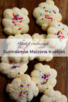 Zelf Surinaamse Maizena koekjes maken is helemaal niet moeilijk en nog leuk om te doen ook! Het is ook een makkelijk recept om met kinderen te maken.