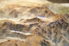 Detalle del mapa en relieve del CIRCO DE GREDOS.  Descubre la escarpada zona entre la Plataforma y la Garganta Tejea: los circos glaciares de Gredos y Cinco Lagunas. Nuestro mapa incluye trece recorridos senderistas, todos los cámpings, refugios y chozos de la zona, las escuelas de escalada, las cascadas y las fuentes. Y para que nunca dejes de explorar, muestra curiosidades como dónde estuvo el campamento del célebre explorador Amezúa, la antigua caseta del telesquí o el pluviómetro.