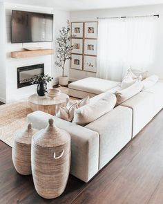 Home Living Room, Apartment Living, Living Room Designs, Living Room Decor With White Couch, Living Room Seating, Cozy Living Rooms, Living Room Inspiration, Home Decor Inspiration, Interior Design