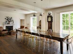 Transparentní židle od Philippa Starcka, které navrhl pro Kartell, jsou i v hlavní jídelně.