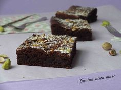I brownies cioccolato e pistacchio sono golosi quadrotti arricchiti da gocce di cioccolato e granella di pistacchi: uno sfizio da gustarsi con il caffè!