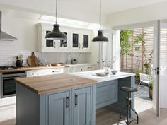 Quarter Round: This kitchen shows just how well Retro adapts to smaller rooms. It's a compact design in which space has been carefully considered without compromising on looks or practicality. Available in 32 colours Outdoor Kitchen Countertops, Wood Kitchen Cabinets, Kitchen Cabinet Doors, Kitchen Paint, Kitchen Dining, Kitchen Tables, Green Kitchen, Kitchen Appliances, Fixer Upper