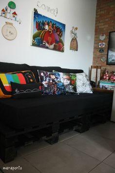 Sofá feito com pallets e colchão de solteiro, super interessante para quem, assim como eu, mora sozinho, recebe visitas e não tem dinheiro pra comprar um sofá cama! haha