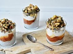 Chia pudink s karamelizovaným jablkem a hruškou - Kitchen story Chia Puding, Kitchen Stories, Granola, Quinoa, A Table, Panna Cotta, Food And Drink, Cooking Recipes, Pudding