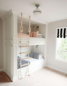 Bunk room with rope ladder. Bunk room with DIY rope ladder. The post 36 Ways To Configure A Shared Bedroom appeared first on Children's Room. Bunk Beds Built In, Modern Bunk Beds, Kids Bunk Beds, Built In Beds For Kids, Bunk Beds For Girls Room, Bed Ideas For Kids, Loft Beds, Bunk Bed Ideas For Small Rooms, Cute Beds For Girls