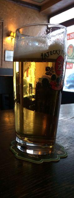"""""""svijany Maz"""" Desde 1564. Cerveza checa rubia ligera. Su descripción: """" Esta cerveza es ligeramente cremoso con un montón de notas dulces puros y tiene un montón de lúpulo aromático con toques de heno y flores. El retrogusto es suave y un poco dulce con un toque de fruta y una amargura que crece lentamente"""". En Prague Beer Museum. Praga."""