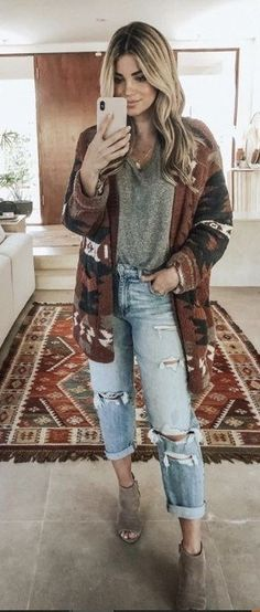 20 Trendy Fashion Boho Winter Indie Outfits for Women Bohemian fashion is all about fringes, floaty skirts, chunky jewelry, flares, loud colors and a whimsical ways of dressing up. Indie Outfits, Boho Outfits, 70s Outfits, Trendy Outfits, Hippie Chic Outfits, Hippie School Outfit, Bohemian Fall Outfits, Fashionable Outfits, Sweater Outfits