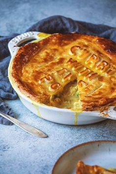 Curry Chicken Pot Pie - Recipes to try - Torten Hp Sauce, Curry Pie Recipe, Quiches, Easy Chicken Pot Pie, Curry Chicken Pot Pie Recipe, Chicken Pie Recipes, Chicken Meals, Simply Yummy, Curry Dishes