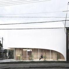 Osaka dental surgery (Kohki Hiranuma)  - timber joists holding curved roof - great use of mismatched timber boarding on wall / ceiling