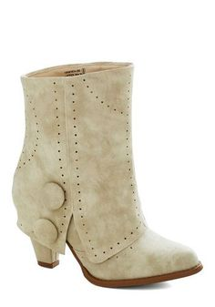 Winter wedding shoes: boots and other warmies #weddingshoes