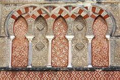 **Arcos de herradura entrecruzados ciegos con decoración de lacería y ataurique. Mezquita de Códoba.