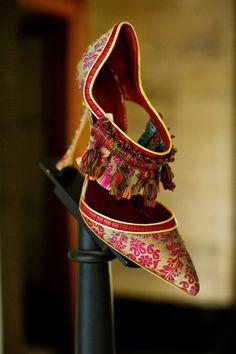 From Paris to London — (via Shoe Heaven Manolo Blahnik - Peony Lim) Fab Shoes, Pretty Shoes, Dream Shoes, Beautiful Shoes, Me Too Shoes, Shoes Heels, Shoes Style, Beautiful Space, Designer Shoes