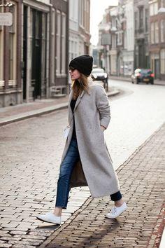 A black beanie long coats, grey coats, long grey coat, long winter coats, s Long Coat Outfit, Winter Coat Outfits, Long Grey Coat, Long Winter Coats, Grey Coats, Long Coats, Long Wool Coat, Big Fashion, Look Fashion