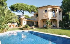 Feriehus i Marbella - Hus i Spania - Marbella. Spain Holidays, Luxury Holidays, Andalucia, Restaurant, Mansions, House Styles, Outdoor Decor, Villas, Pools