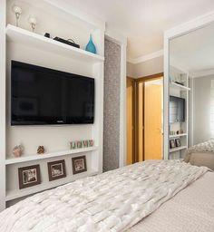 Quando o quarto é pequeno e não há espaço para o nicho embaixo da TV, uma ótima solução é acomodar os aparelhos em cima, sobre uma prateleira especialmente projetada para este fim {} Projeto @braccinilimaarquitetura
