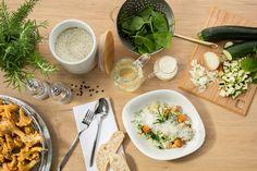 RISOTTO PFIFFERLINGE   Unser Risotto mit Pfifferlingen, Zucchini und Zwiebeln in einem cremig-würzigen Weißweinfond mit Sahne, frischem Rosmarin und zartem Baby-Blattspinat. Wir empfehlen dazu Rinderfilet oder Hähnchenbrust.