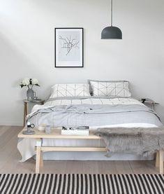 skandinavisch wohnen Schlafzimmer Möbel Bett Bank Bettvorleger