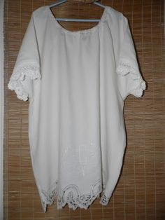 Tunique blanche en LIN réalisée avec des draps anciens et ses monogrammes : T-Shirt, debardeurs par annbcreation
