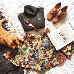 Life with cats. I've been trying to take more flatlay photos lately, and I think Inkivääri is trying to help me with that in her own way haha ✨ #flatlay #falloutfit #fall #autumn #cableknit #turtleneck #floralskirt #vintageinspired #preppy #bookworm #kitteh! #catsofinstagram