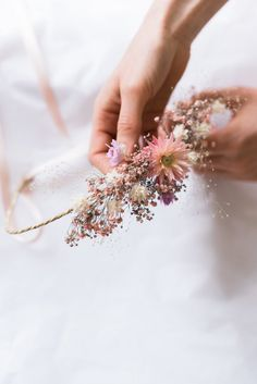 Deco favorite: the bouquet of dried flowers makes us crack! Diy Fleur, Flower Making, Flower Crown, Dried Flowers, Flower Decorations, Botanical Gardens, Wedding Accessories, Boho Wedding, Flower Power