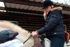 Carla Hidalgo montando a caballo por primera vez.