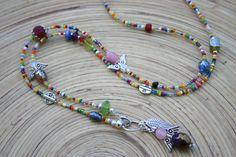 ausgefallene Bettelkette aus kunterbunten Glasperlen, mit versilberten Zierteilen, Roncailles und mit  Engelchenanhänger, der auch als Wechselanhän...