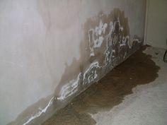 Chân tường là nơi tiếp giáp với sàn nhà, nền nhà, vì vậy rất dễ bị thấm nước và nấm mốc. Hiện tượng này không chỉ xảy ra ở nhà ở, nhà thương mại mà ngay cả các công trình nhà thép tiền chế cũng không thể tránh khỏi. Về lâu dài, tình trạng này