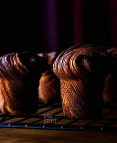 How to make a simple Cruffin. Step by step to make the famous hybrid of croissant and muffin, only carried out with an easier process, without laminates. Still Life Photography, Food Photography, Cruffin Recipe, Recipe Folder, Orange Jam, Cronut, Pasta Machine, French Pastries, Powdered Milk