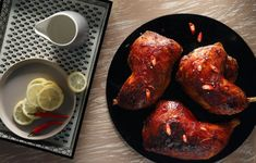 Αλμυρό και γλυκό, ξινό και πικάντικο, το κοτόπουλο αυτό έχει τραγανή πέτσα και ζουμερό ψαχνό. Η Ασιατική κουζίνα συνδυάζει τη νοστιμιά με την ταχύτητα και το αποτέλεσμα είναι μοναδικό. Στον Γαστρονόμο Μαΐου που κυκλοφορεί την Κυριακή 14/05 με την Καθημερινή. Tandoori Chicken, Sausage, Meat, Ethnic Recipes, Food, Sausages, Essen, Yemek, Meals