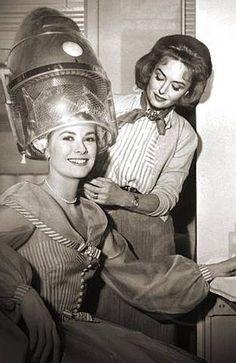 Old Hollywood Stars, Golden Age Of Hollywood, Classic Hollywood, 50s Hairstyles, Vintage Hairstyles, Vintage Hair Salons, Curly Perm, Sandy Hair, Hair Setting