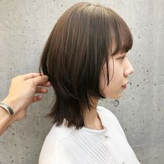 Takuma Kosugi / 小杉 拓馬さんはInstagramを利用しています:「ベース重めのレイヤー✂︎ ・ ・ ・ #ウルフカット#マッシュウルフ #外国人風ヘアー#ホワイトカラー#マッシュショート#シースルーバング#ショート#インナーカラー#ハイトーン#ハイレイヤー#レイヤーカット#ウルフボブ#ボブウルフ…」 Asian Haircut Short, Short Hair With Bangs, Girl Short Hair, Short Hair Cuts, Medium Hair Cuts, Medium Hair Styles, Short Hair Styles, Japan Hairstyle, Layered Haircuts