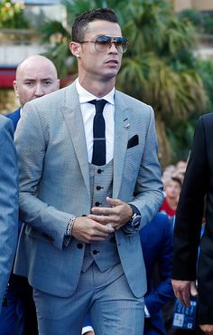The big football stars usually have great love for fashion. So there are a lot of players who, after their career, got into the fashion industry. Cristiano Ronaldo Irina, Cristiano Ronaldo Portugal, Cristino Ronaldo, Cristiano Ronaldo Wallpapers, Ronaldo Football, Cristiano Ronaldo Juventus, Young Boys Fashion, Mens Clothing Trends, Classy Suits