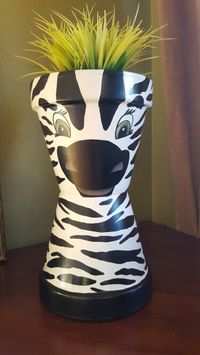 My zebra - Clay pots Clay Pot Projects, Clay Pot Crafts, Diy Clay, Crafts To Make, Shell Crafts, Art Projects, Flower Pot Art, Clay Flower Pots, Flower Pot Crafts